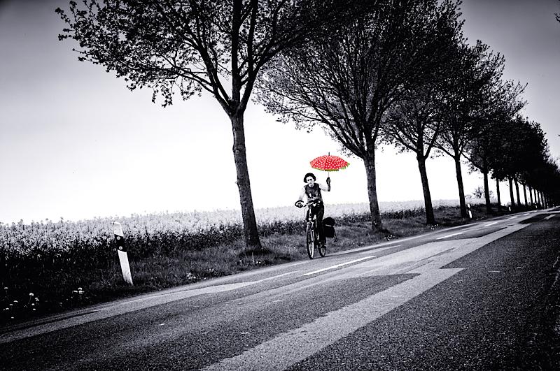 Ecki Stieg auf der Landstrasse mit Schirm
