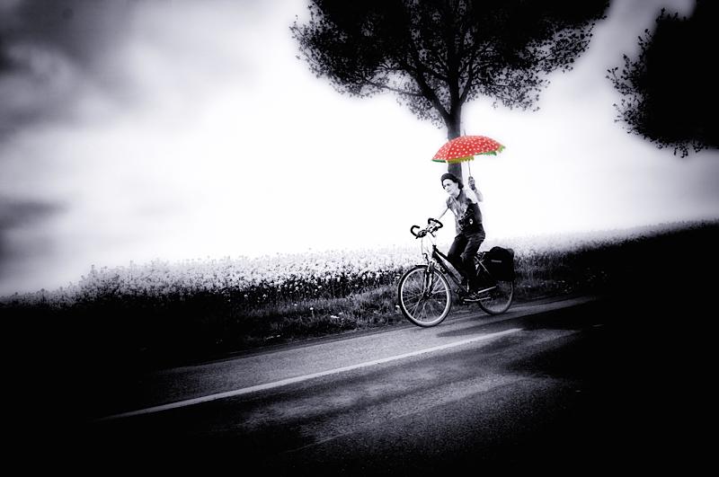 Ecki Stieg auf der Landstrasse mit dem roten Schirm