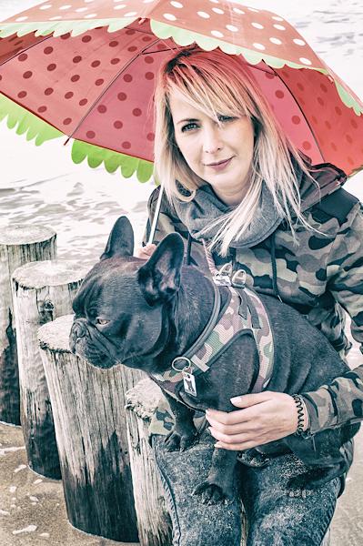 Frau mit Hund und rotem Schirm