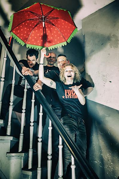 Ambassador21 und Waldrick auf Treppe mit Schirm