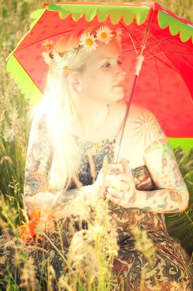 Blonde Frau mit Schirm im Fld