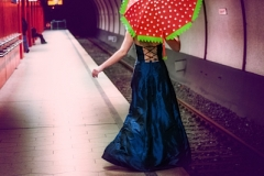 Frau mit Schirm in U-Bahn
