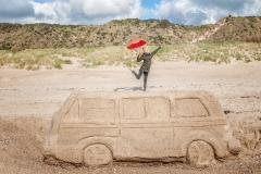 Frau am Strand mit Schirm