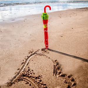 roter-schirm am Strand der unterstützer