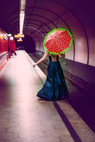 Sabrina und der rote Schirm.