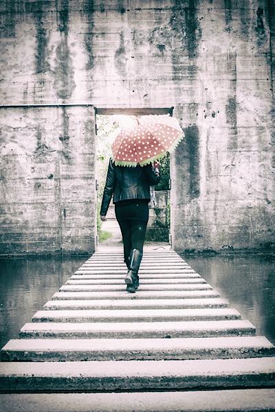roter Schirm mit Alexandra Sofia Wrobel