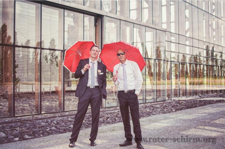 Männer mit Schirmen
